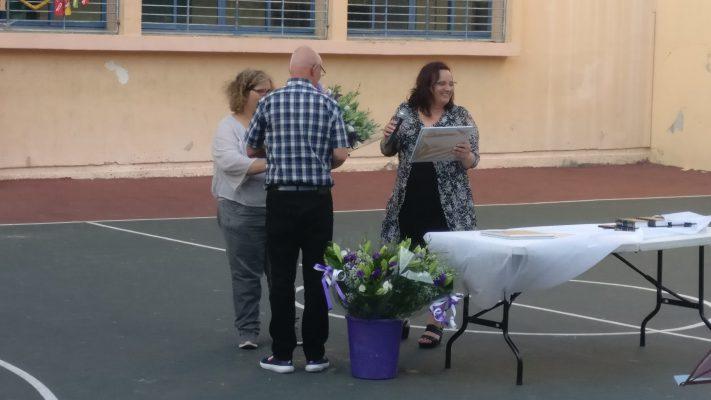 נציג המועדון מקבל פרחים
